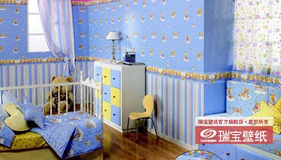 材质  纯纸 规格 0.53M10M 风格 天真的童年、甜蜜的梦乡 可选色彩 粉色、蓝色、柠檬黄色、苹果绿色 图案解说 图案一:入睡前的小熊乖乖 小熊乖乖的现实生活(腰线)--该系列腰线将小熊乖乖的 各种睡前场景组合在一起,图案丰富、连贯。 小熊乖乖的梦乡(壁纸)--可爱的小床随着云朵在星空中 飘动,周围繁星点点,小熊乖乖在柔软的被子里舒服地读 着童话故事书,搂着心爱的玩具一同进入梦乡。 图案二:天空中的朋友 小羊的现实生活(腰线)--草地上小羊与玩具朋友小熊、 小兔子、小鸭子一起玩耍,她们都渴望向气球