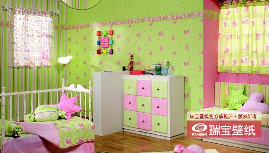 材质  纯纸 规格 0.53M10M 风格 天真的童年、甜蜜的梦乡 可选色彩 粉色、蓝色、柠檬黄色、苹果绿色 图案解说 图案一:入睡前的小熊乖乖 小熊乖乖的现实生活(腰线)--该系列腰线将小熊乖乖的各种睡前场景组合在一起,图案丰富、连贯。 小熊乖乖的梦乡(壁纸)--可爱的小床随着云朵在星空中飘动,周围繁星点点,小熊乖乖在柔软的被子里舒服地读着童话故事书,搂着心爱的玩具一同进入梦乡。 图案二:天空中的朋友 小羊的现实生活(腰线)--草地上小羊与玩具朋友小熊、小兔子、小鸭子一起玩耍,她们都渴望向气球一样飞上